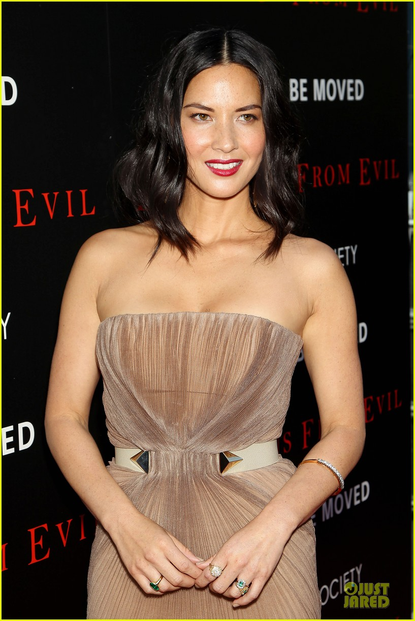 olivia munn aaron rodgers look perfect for deliver us from evil screening 09