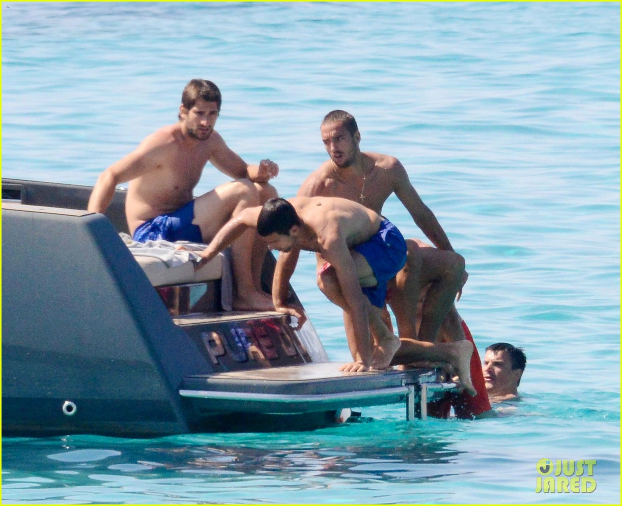 novak djokovic continues his bachelor party beach vacation 14