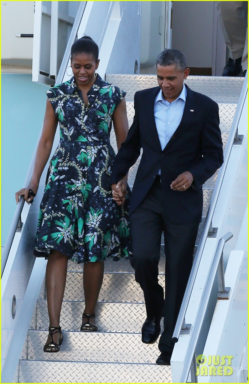 michelle obama almosts has wardrobe malfunction 053135241