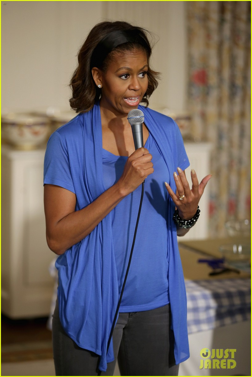 michelle obama almosts has wardrobe malfunction 08
