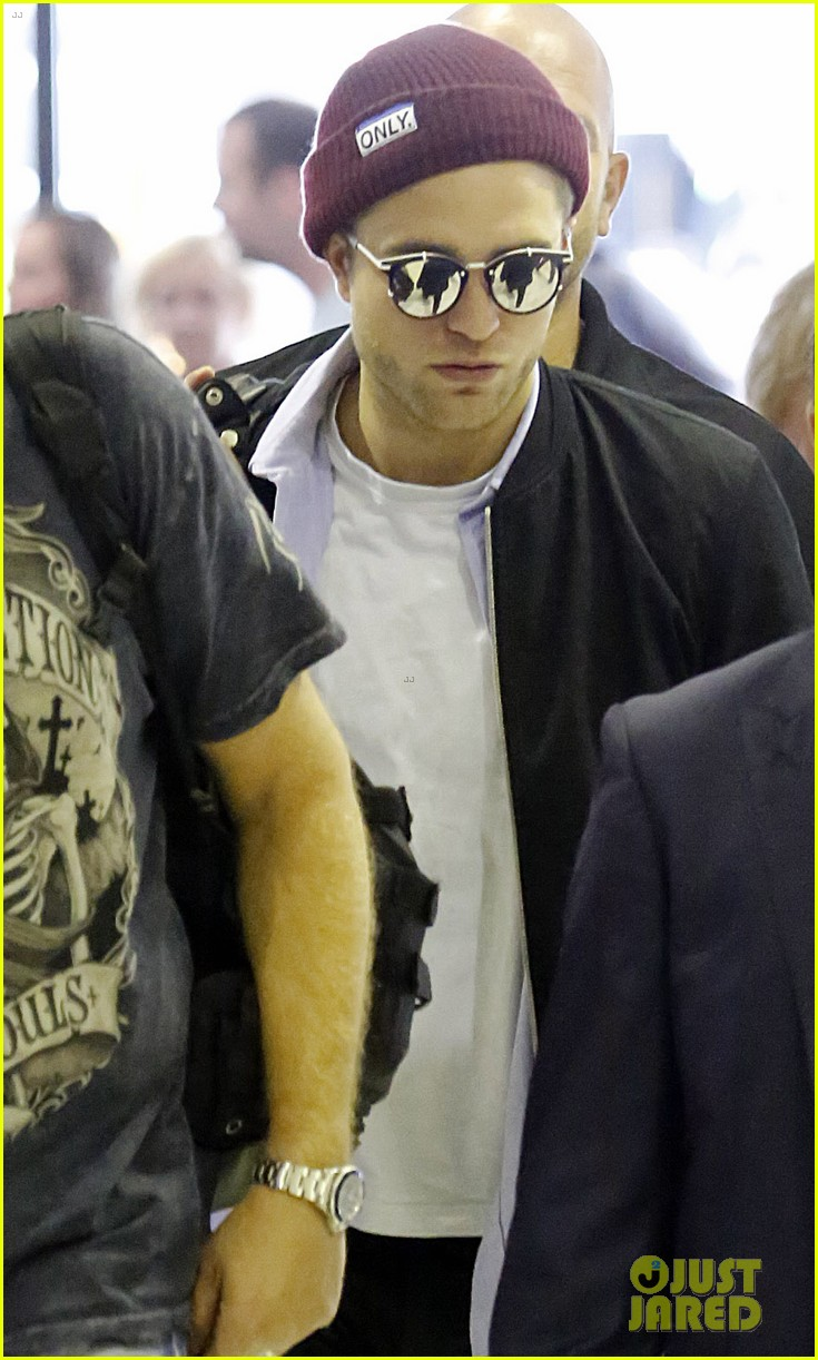robert pattinson flys out of sydney after rover premiere 02