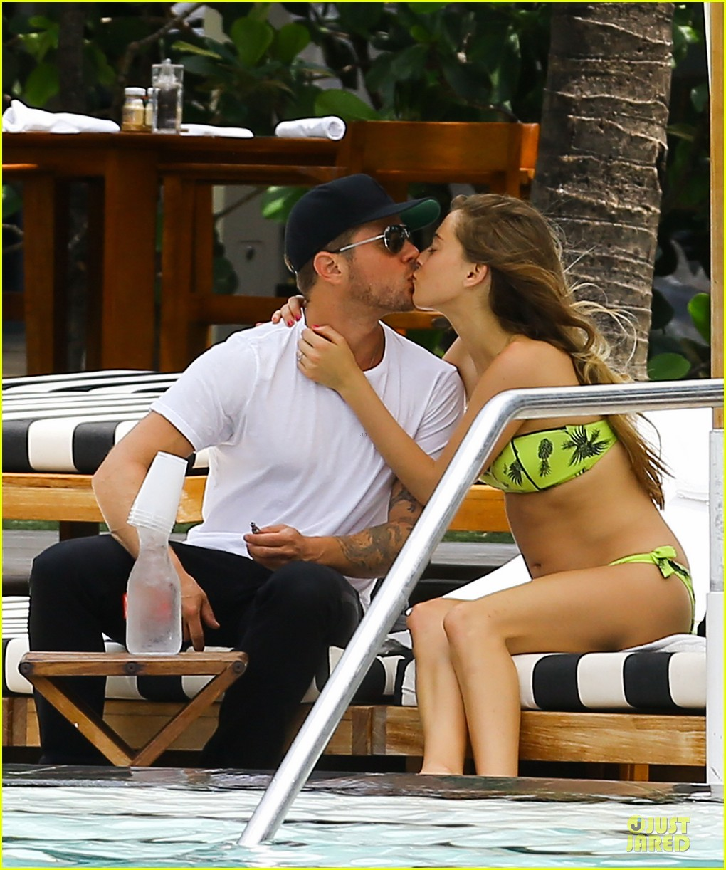 ryan phillippe paulina slagter heat up miami by kissing 02