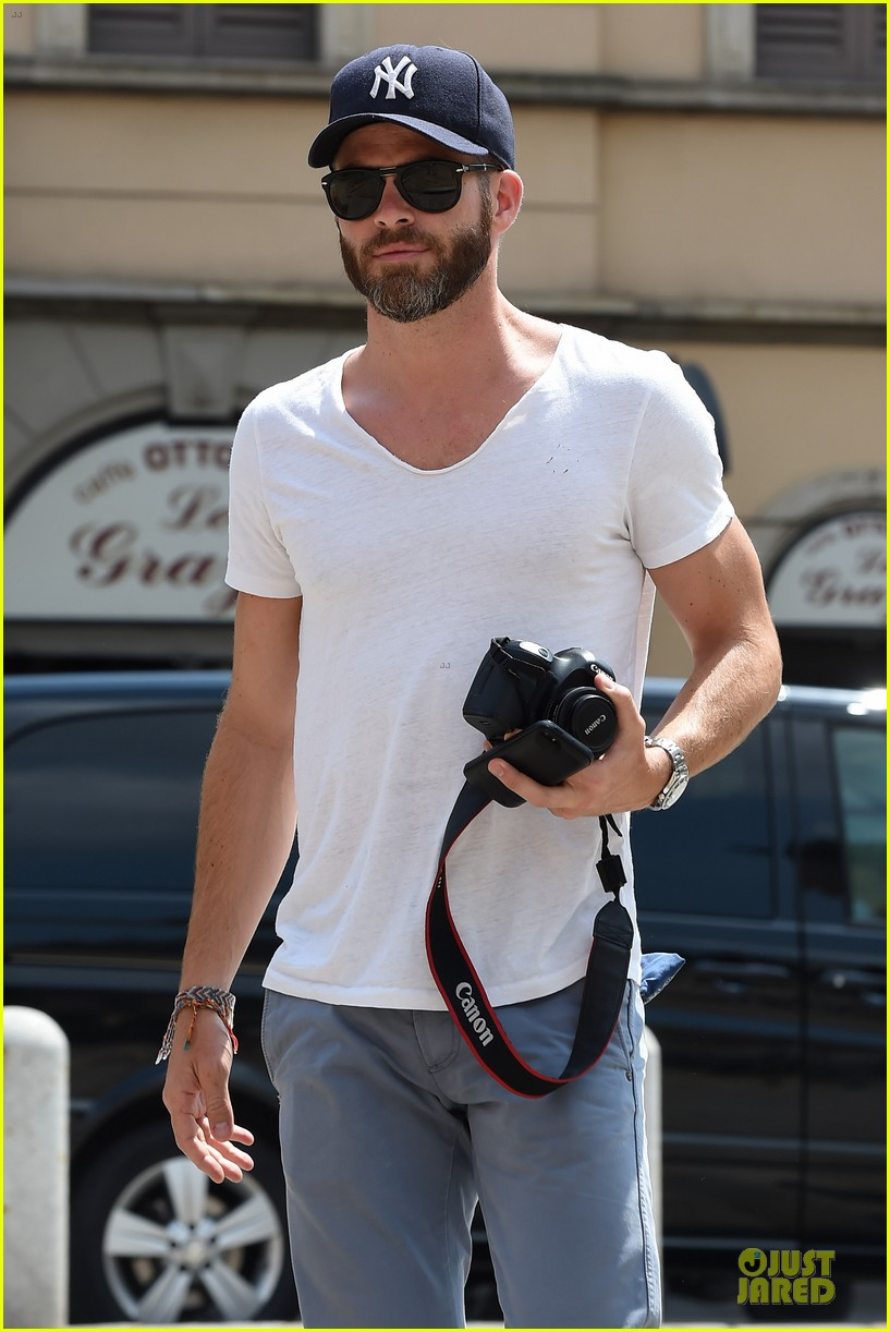 chris pine capture moments in italy 043142802