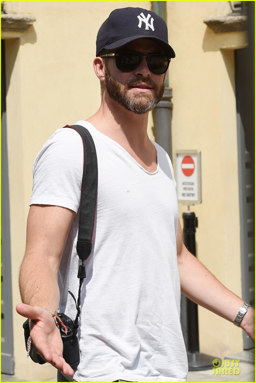 chris pine capture moments in italy 18