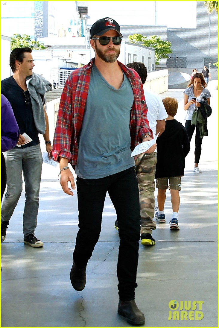 chris pine taylor kitsch give us eye candy at kings game 013135126