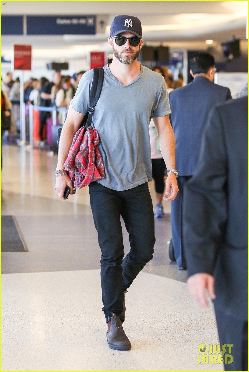 chris pine scruffy airport 063140134
