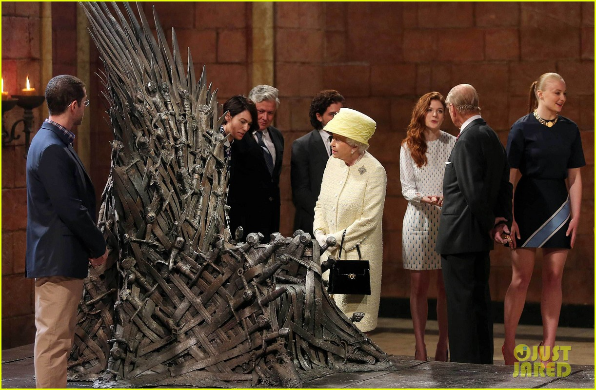 queen elizabeth visits game of thrones set 053142587