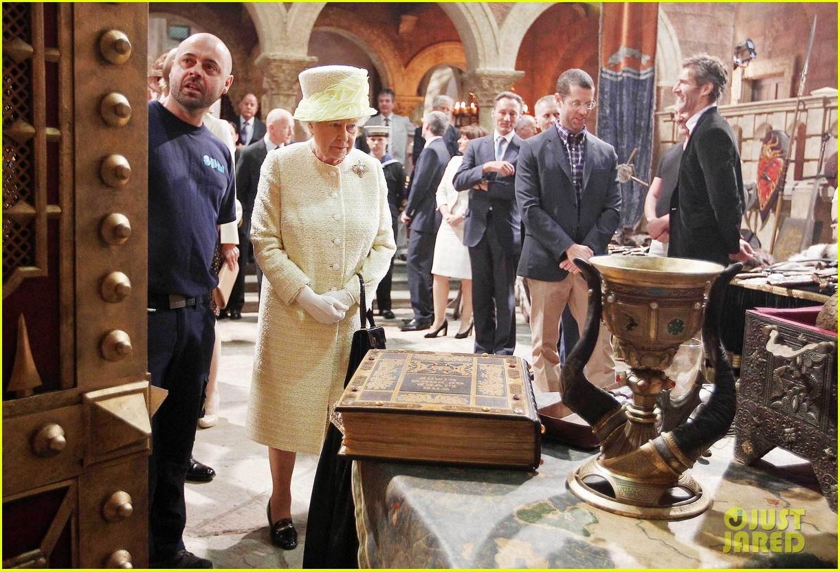 queen elizabeth visits game of thrones set 15
