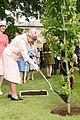 queen elizabeth visits game of thrones set 17