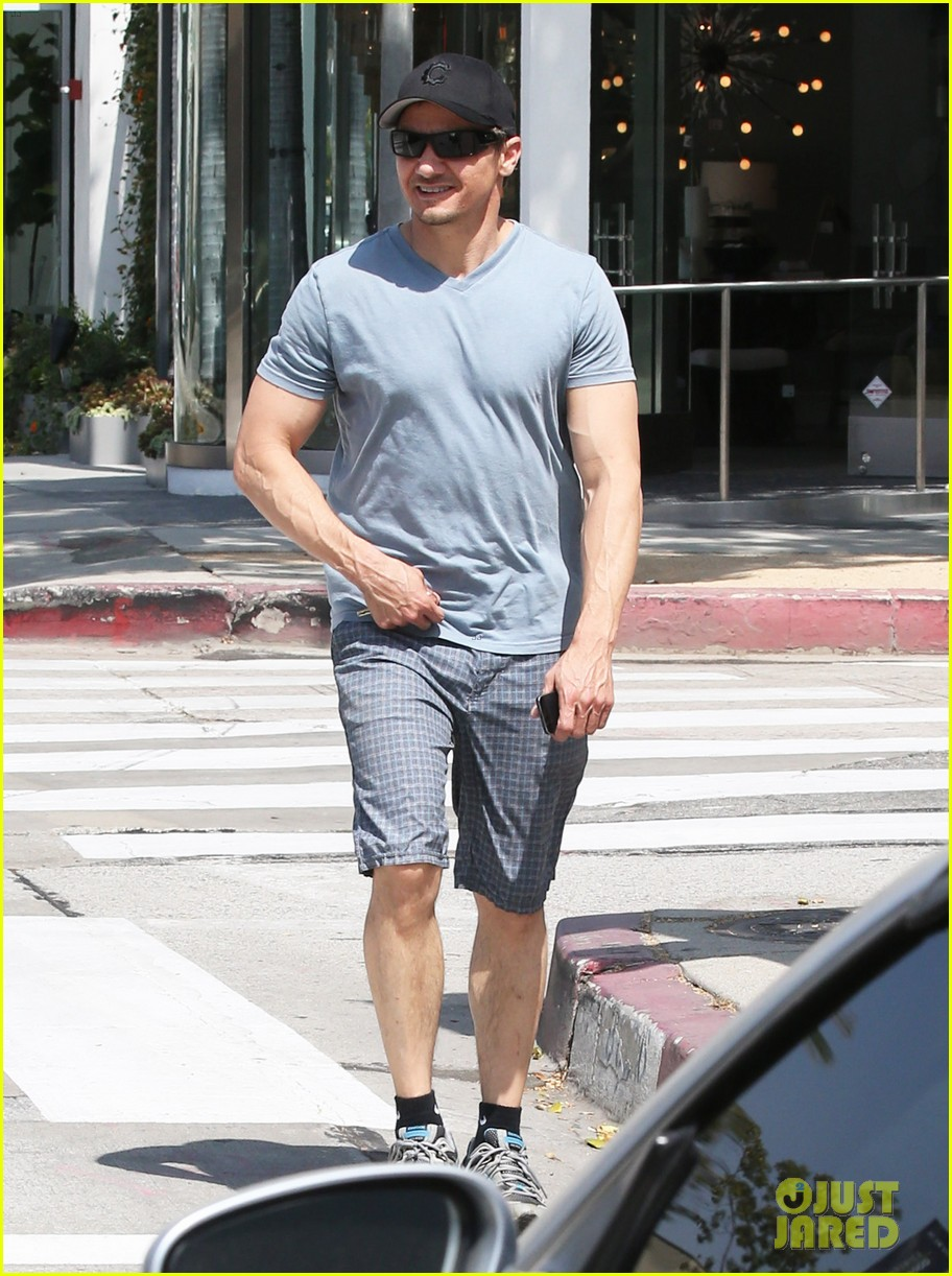 jeremy renner is so ripped his veins are popping out 07
