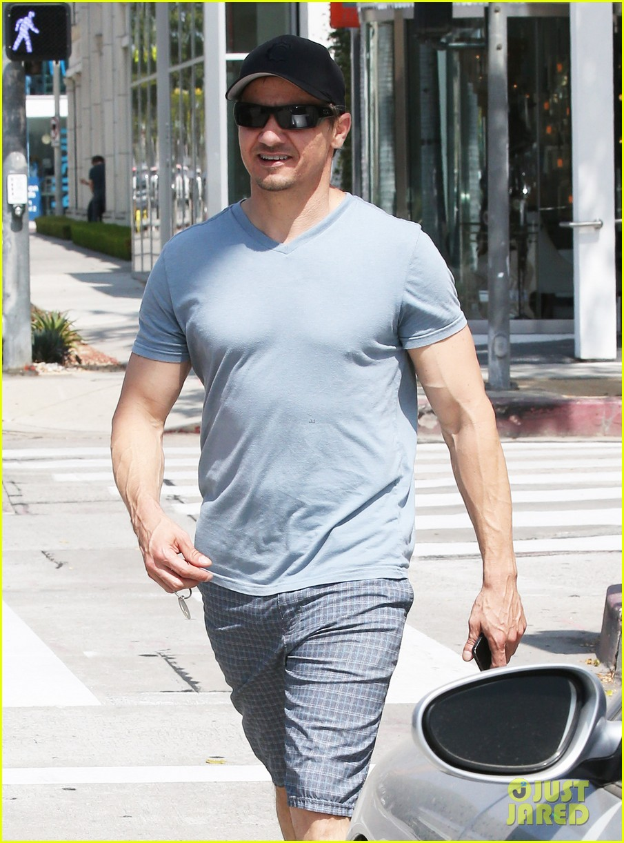 jeremy renner is so ripped his veins are popping out 09