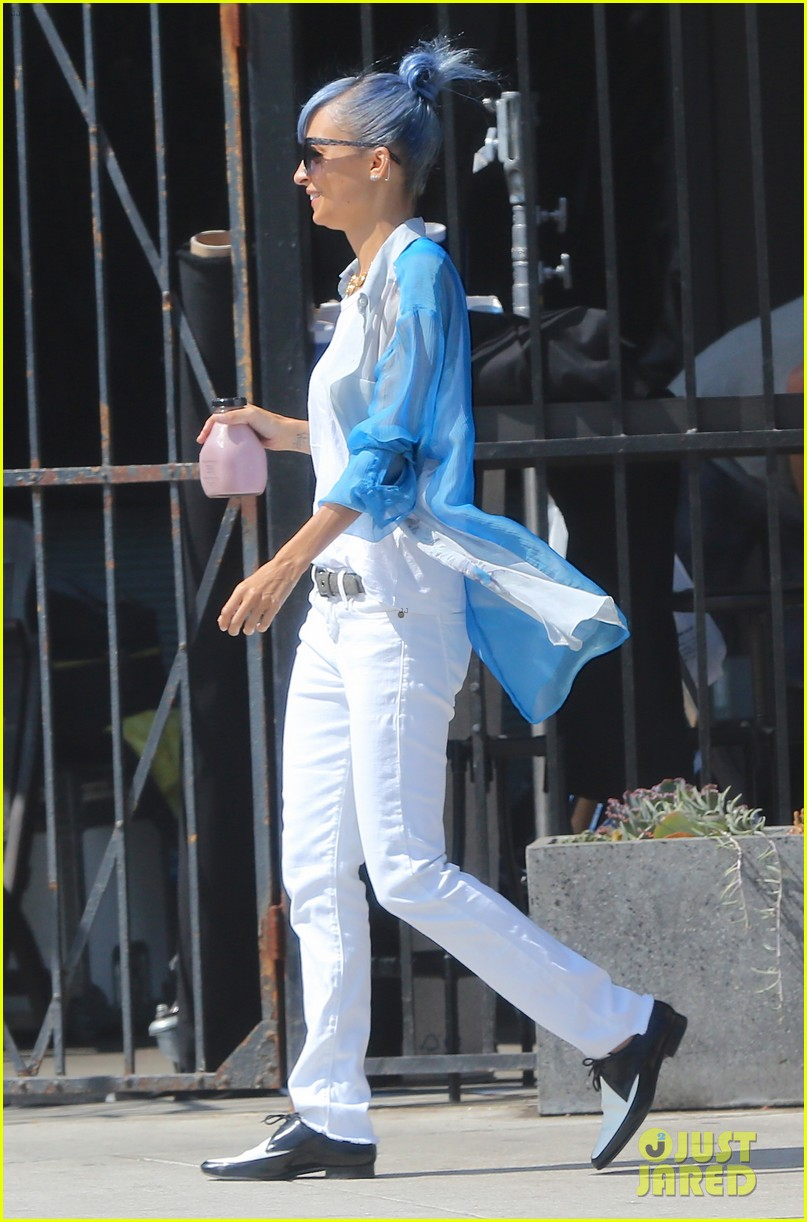 nicole richie debuts new blue hair 103134975