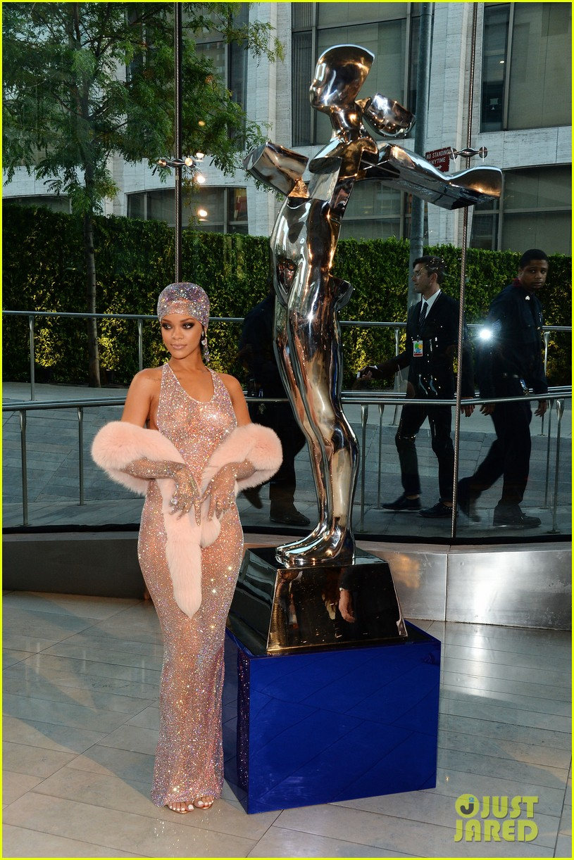 rihanna stylist talks her so naked dress at cfda awards 263127144