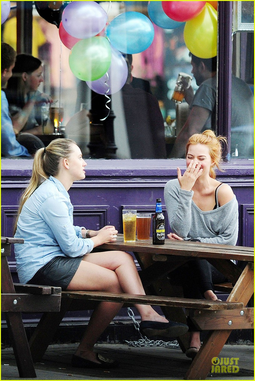margot robbie smooches mystery man in london 373129979