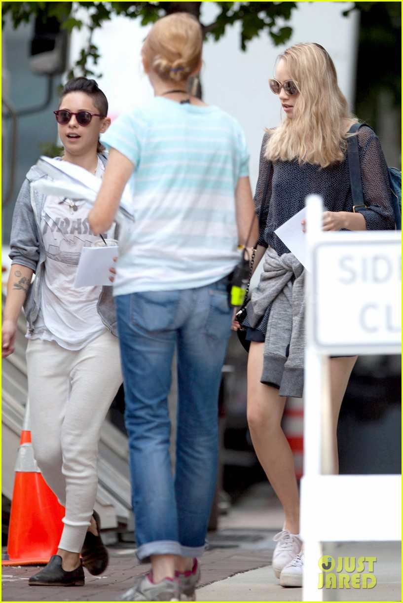 suki waterhouse rosa salazar insurgent set 14