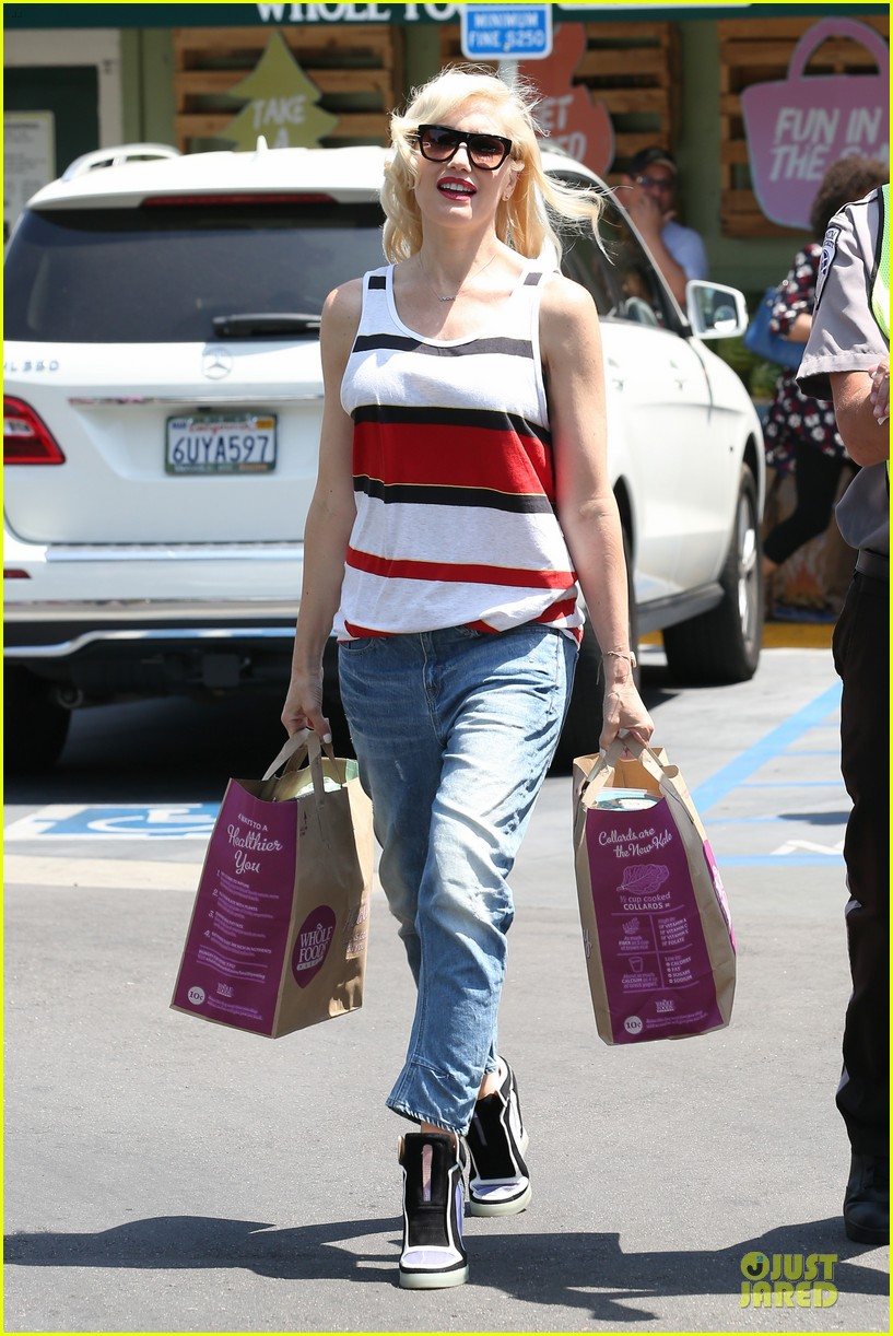 gwen stefani shows off black bra at sunday grocery run 113131110