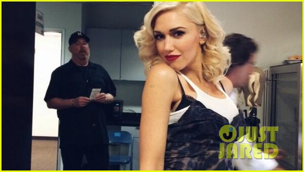 gwen stefani surprises audience performs hollaback girl at hollywood bowl 023126067