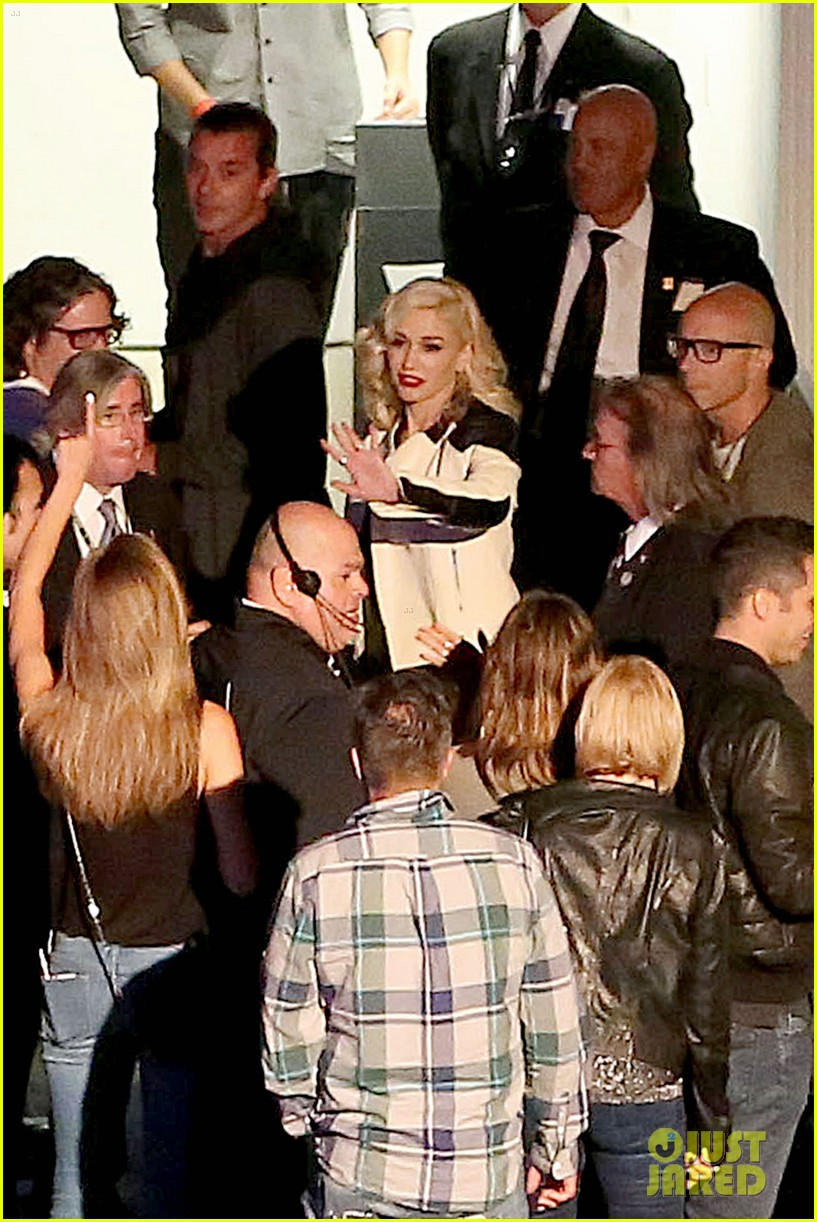 gwen stefani surprises audience performs hollaback girl at hollywood bowl 07