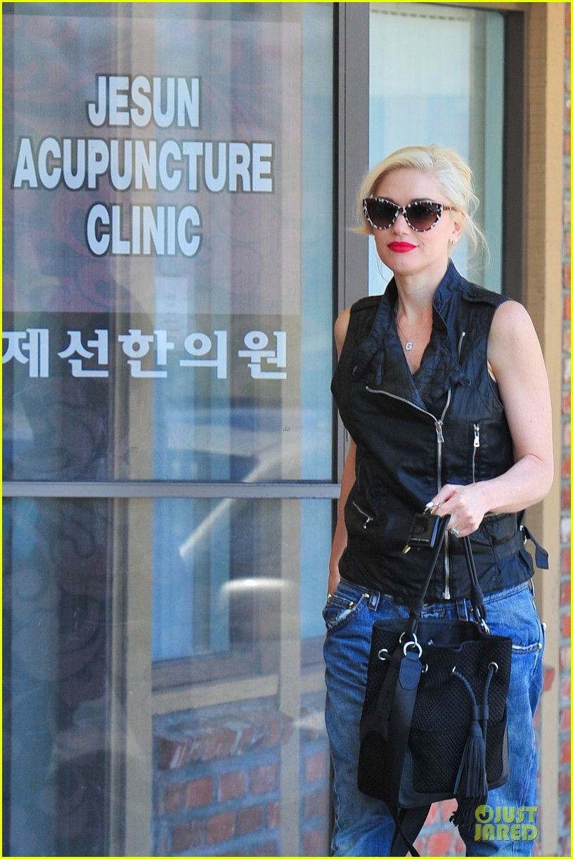 gwen stefani hot pink at acupuncture clinic 08