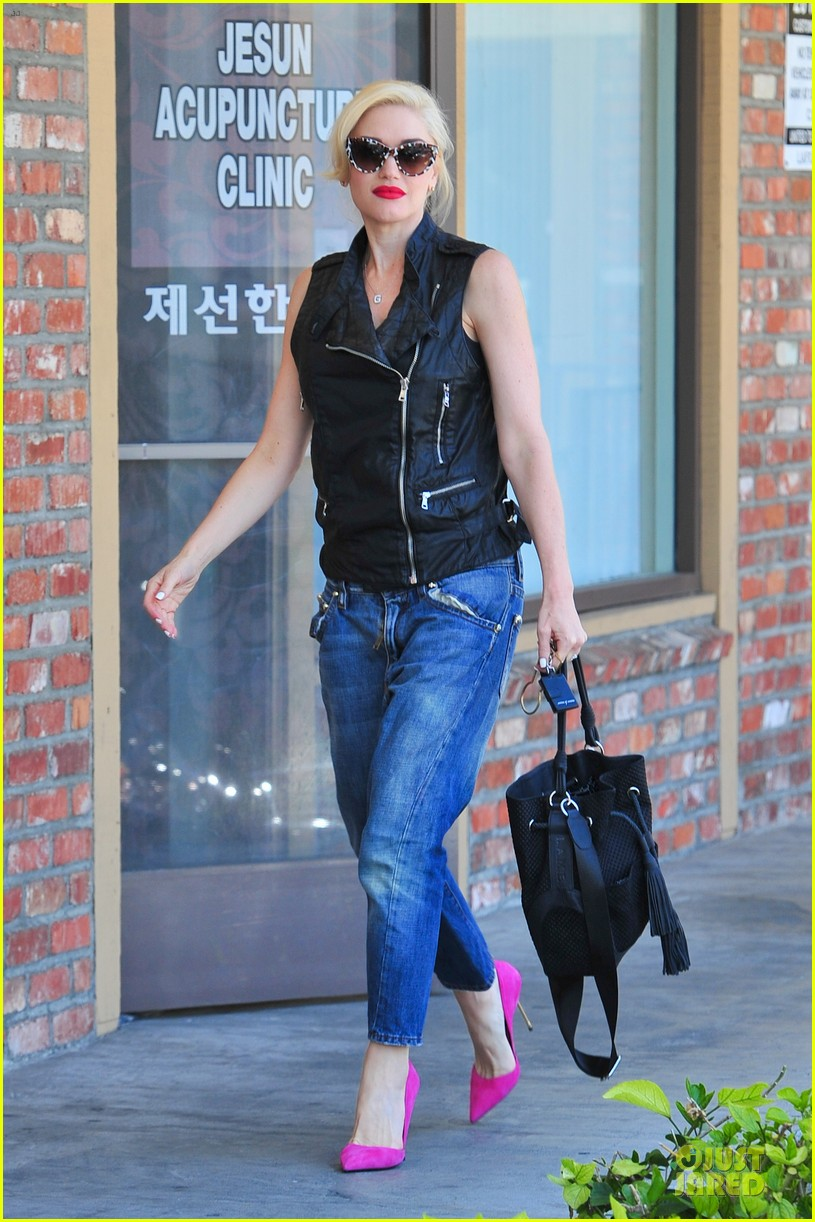 gwen stefani hot pink at acupuncture clinic 13