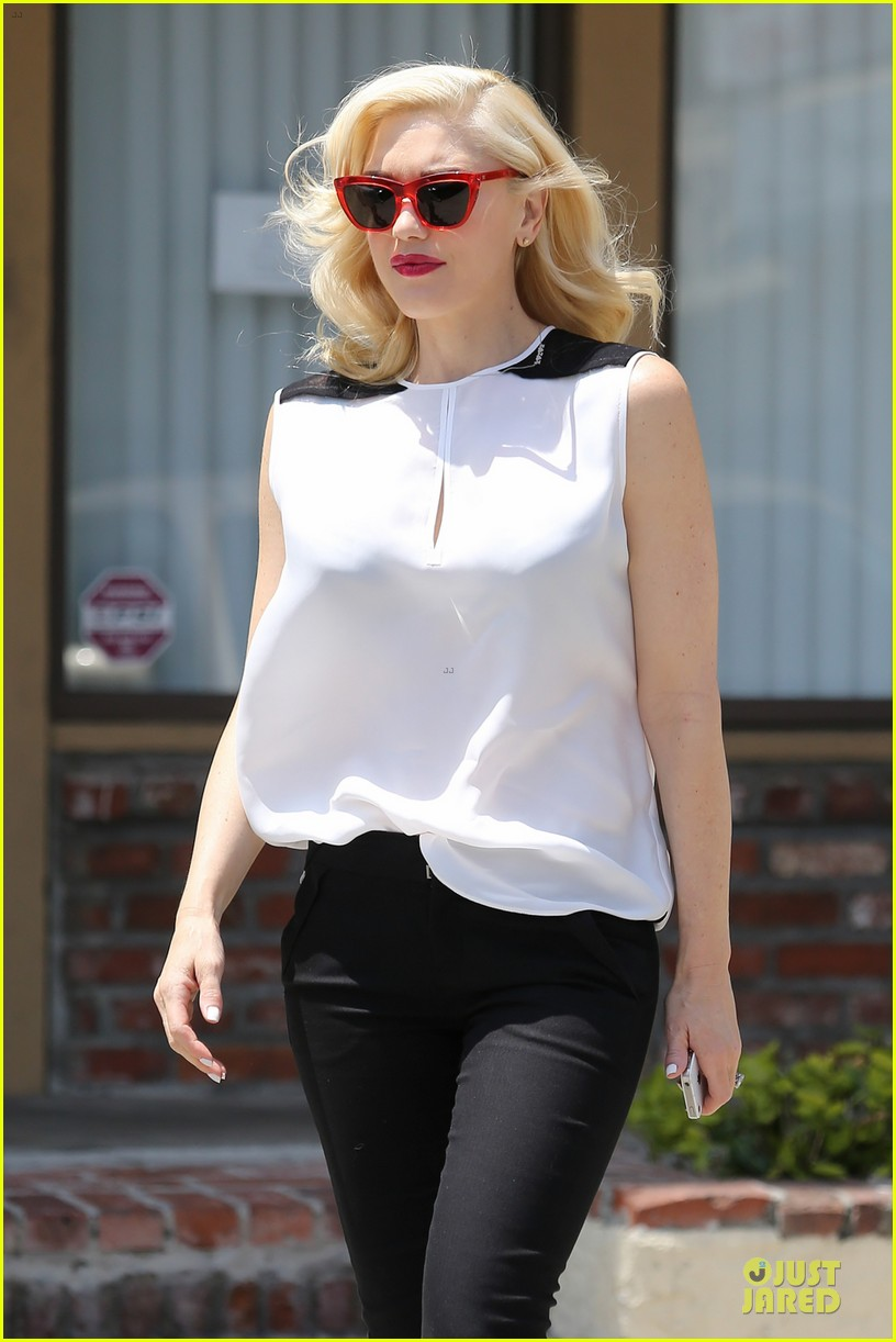 gwen stefani hot pink at acupuncture clinic 183130274