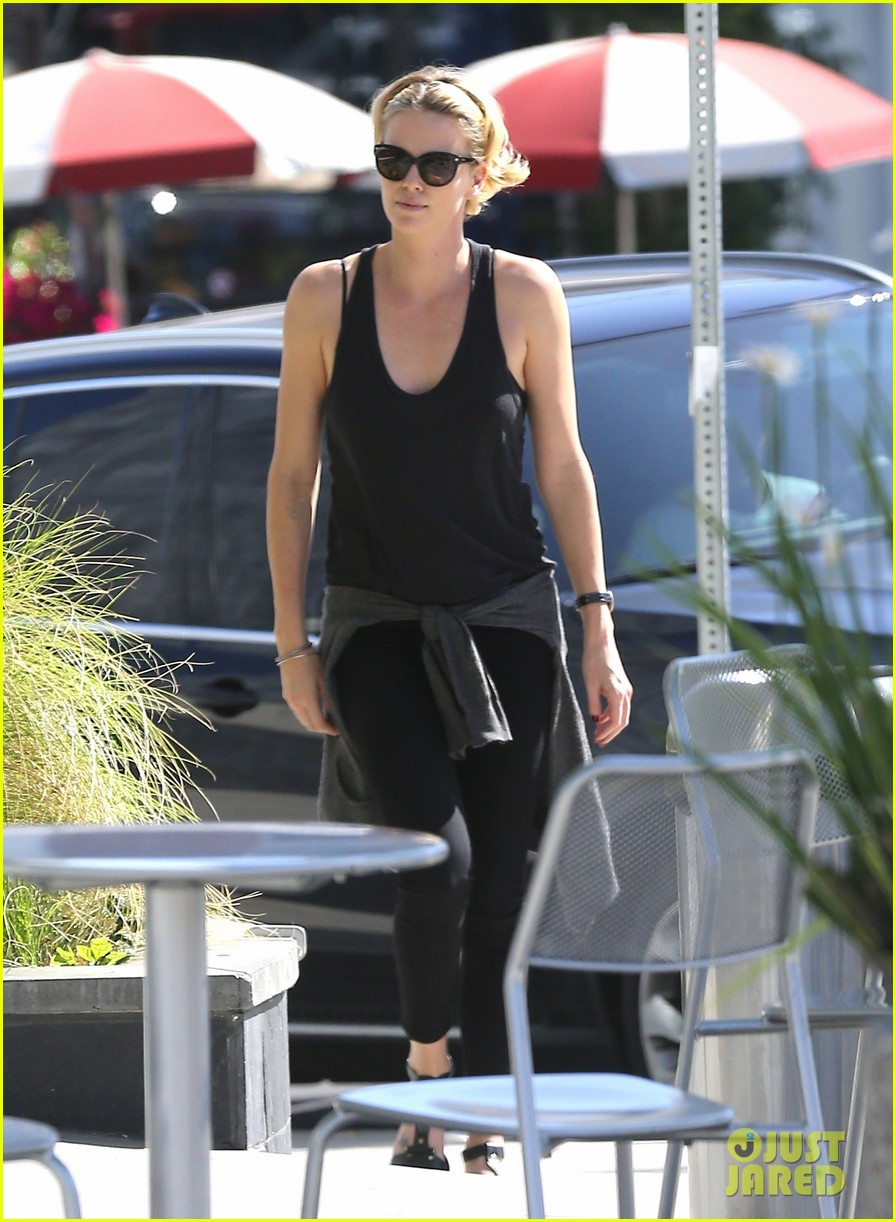 charlize theron forgets money at pinkberry returns later with huge tip 01