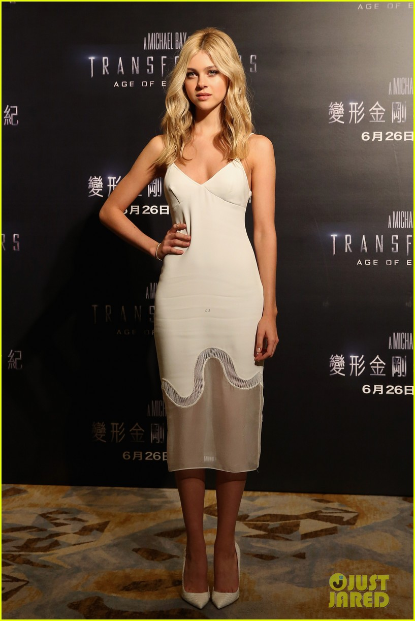 mark wahlberg nicola peltz tone it down for transformers 4 hong kong photo call 10