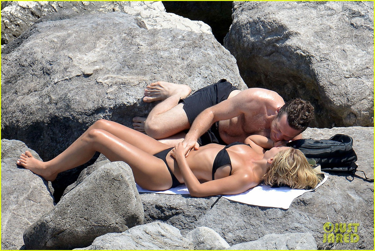 sam worthington lara bingle get handsy pack on the pda on beach 013134674