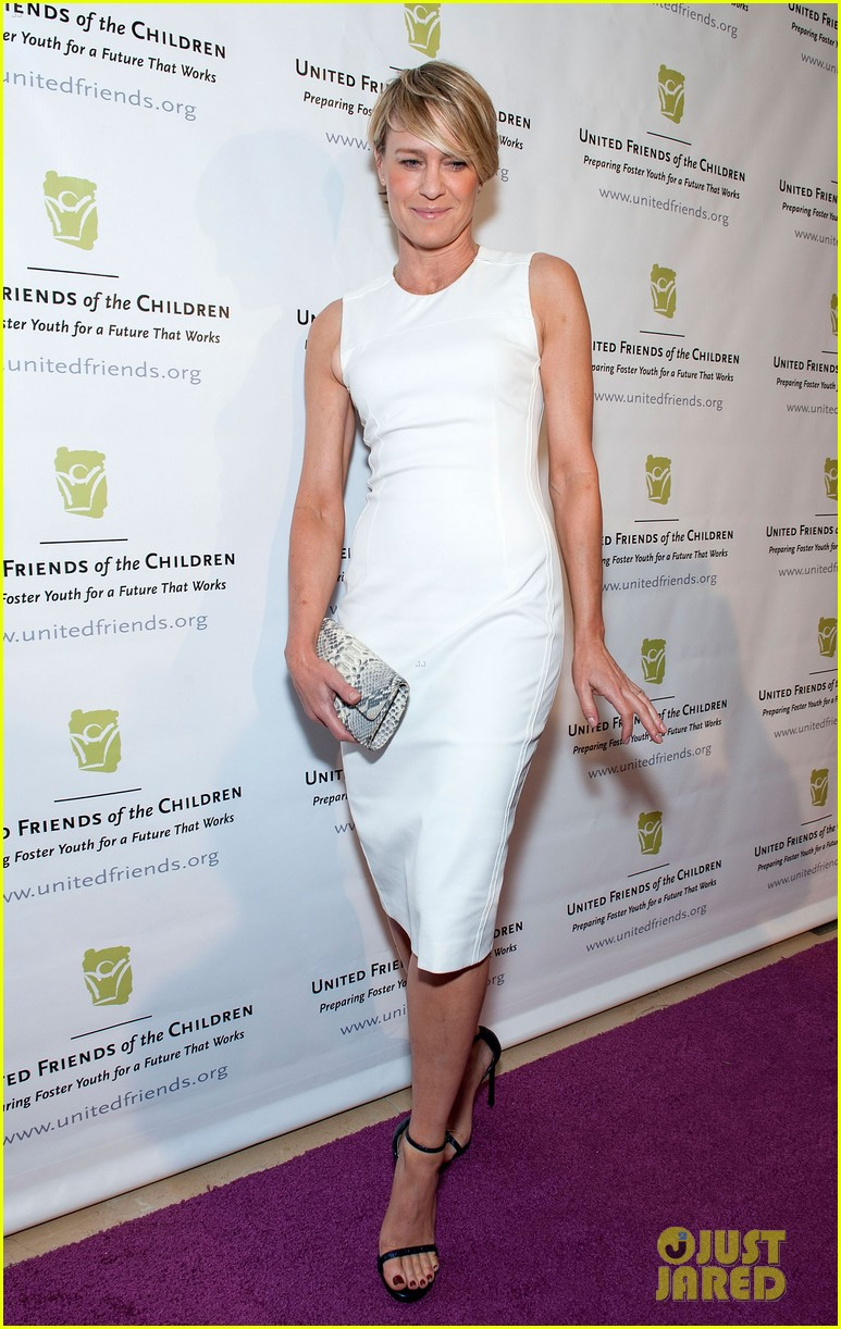 robin wright wears tight white dress to display her flawless figure 01