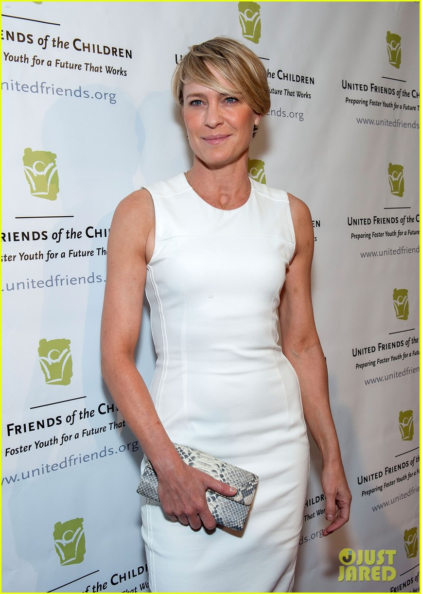 robin wright wears tight white dress to display her flawless figure 07