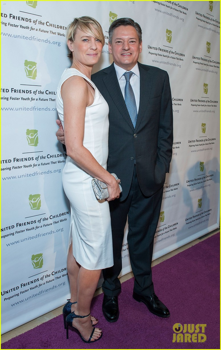 robin wright wears tight white dress to display her flawless figure 113128044
