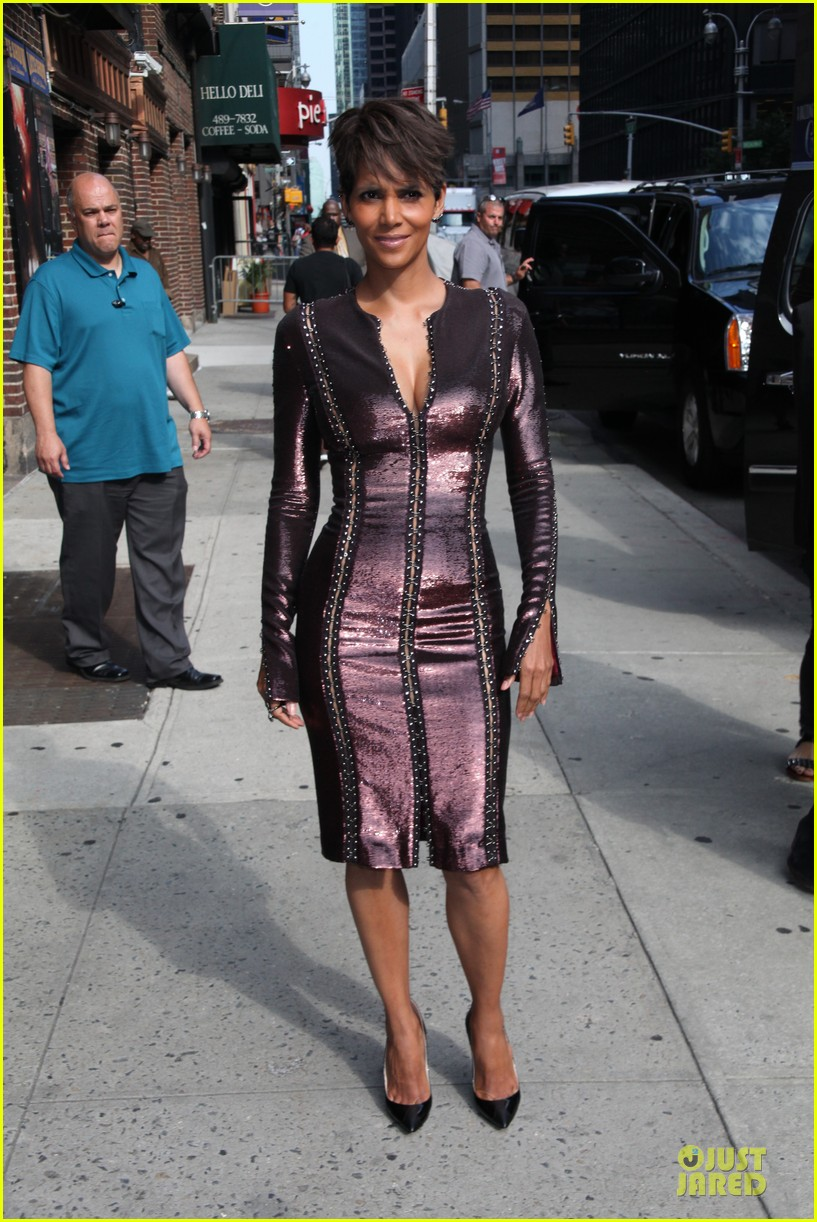 halle berry shows some cleavage at letterman 03