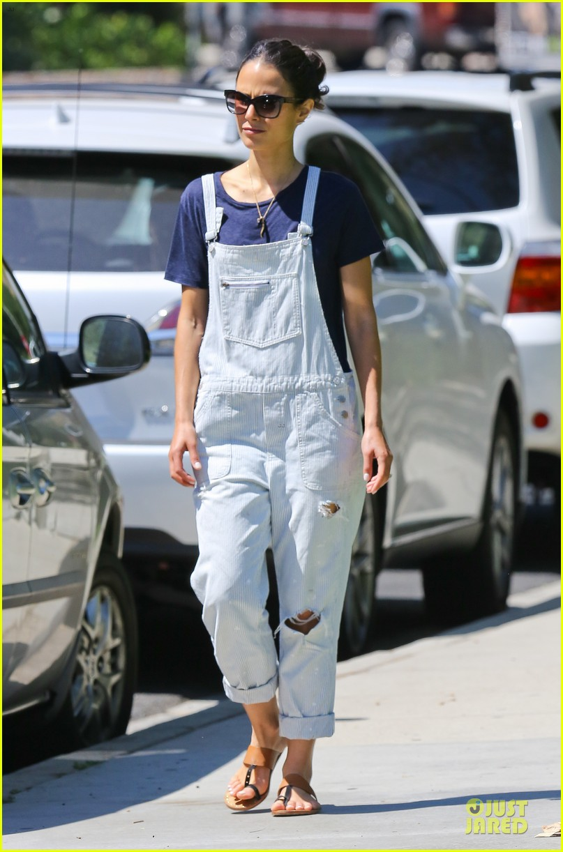 jordana brewster latest babe to adopt overalls 01