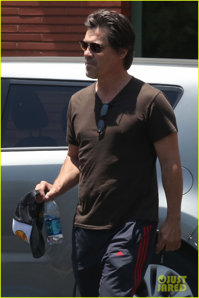 josh brolin girlfriend kathryn boyd run errands together in the valley 033148859