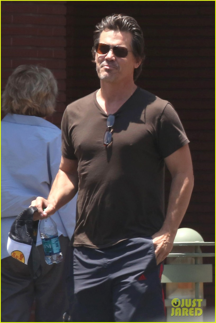 josh brolin girlfriend kathryn boyd run errands together in the valley 07