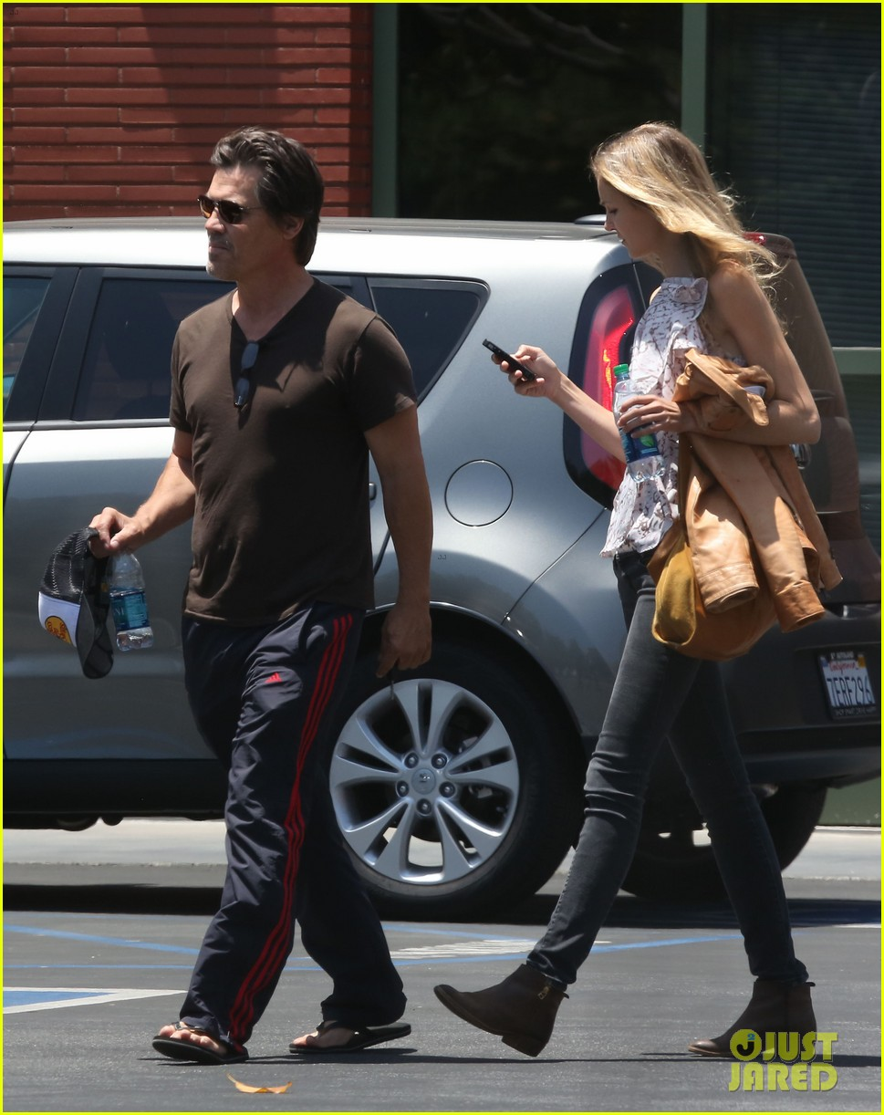 josh brolin girlfriend kathryn boyd run errands together in the valley 10