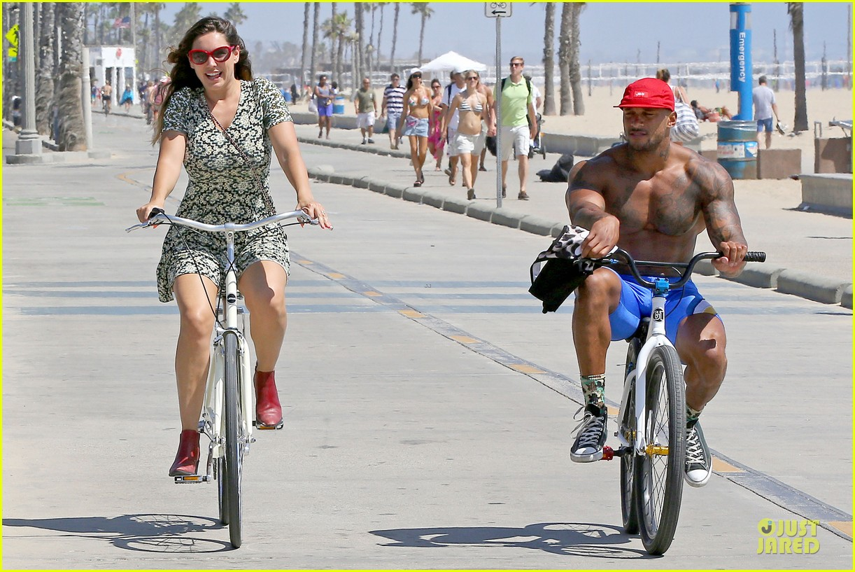 kelly brook david mcintosh goes shirtless on venice bike ride 07