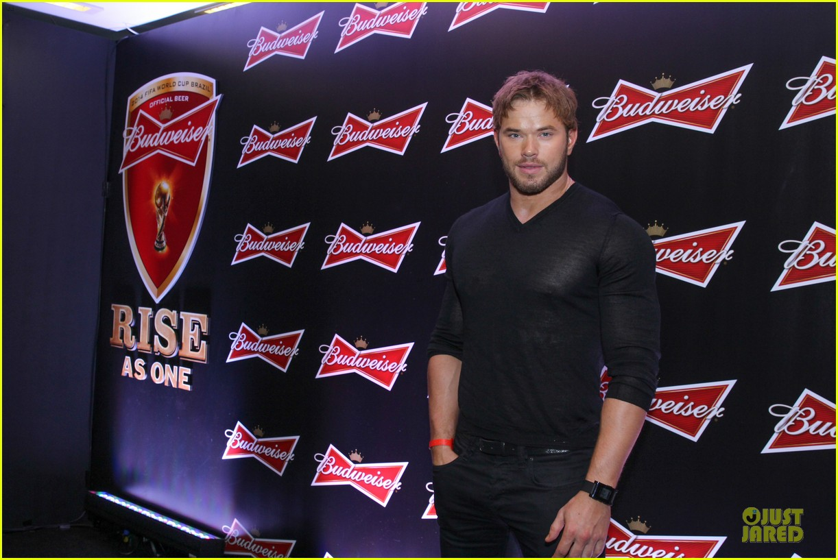 gerard butler ashton kutcher studs at fifa world cup party 163154334
