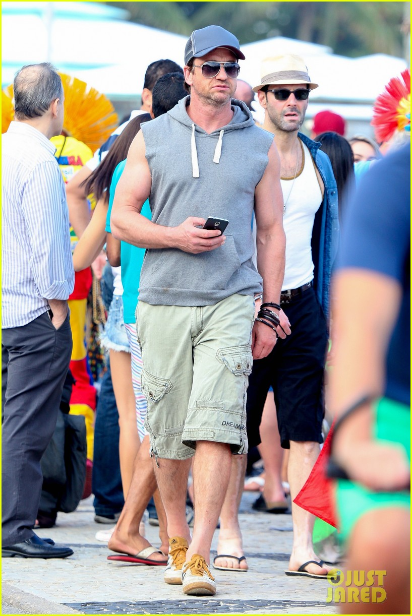 gerard butler beach sleeveless shirt brazil 013152500