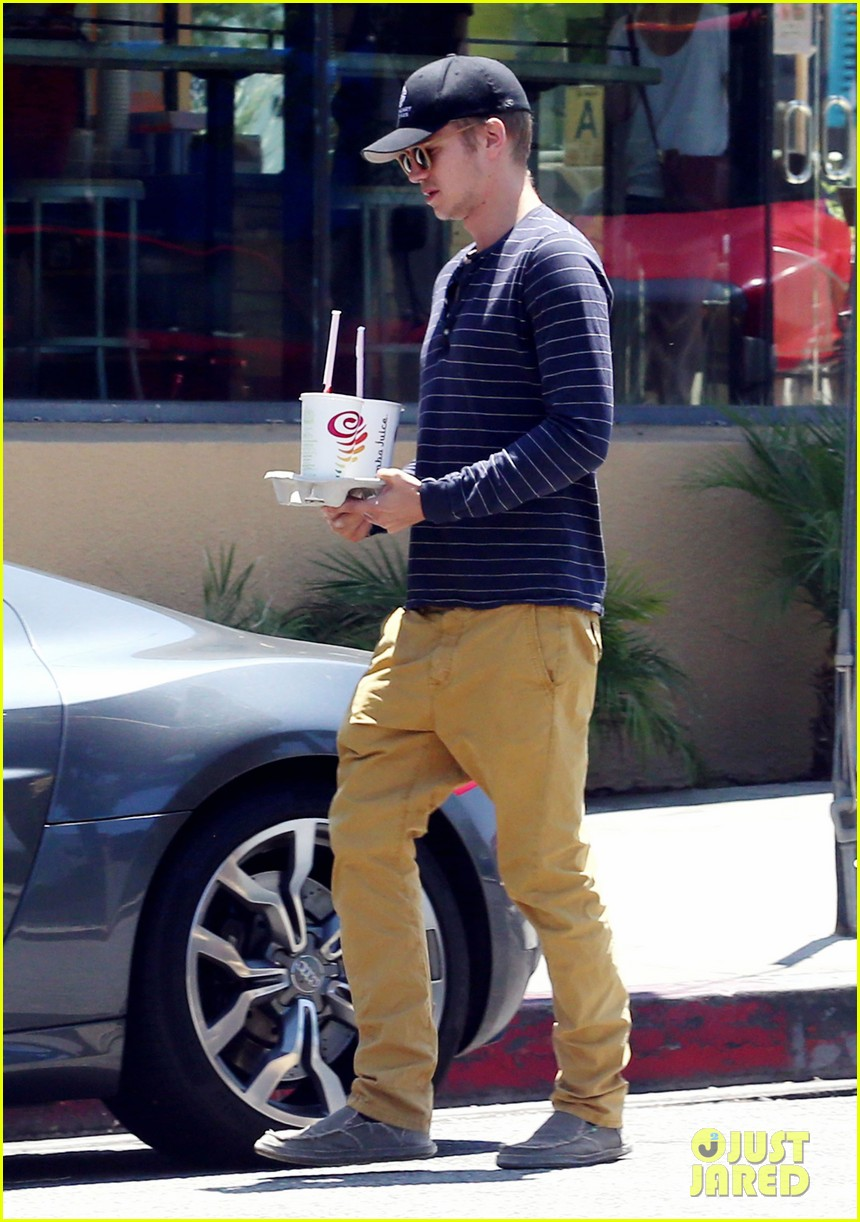hayden christensen drops by jamba juice smoothies for two 053153295