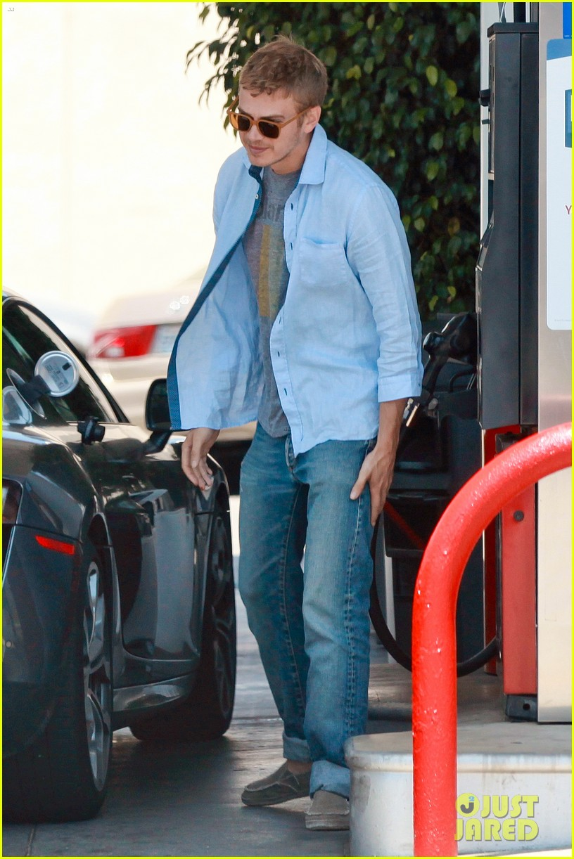 hayden christensen licks his lips while fueling his car 033148761