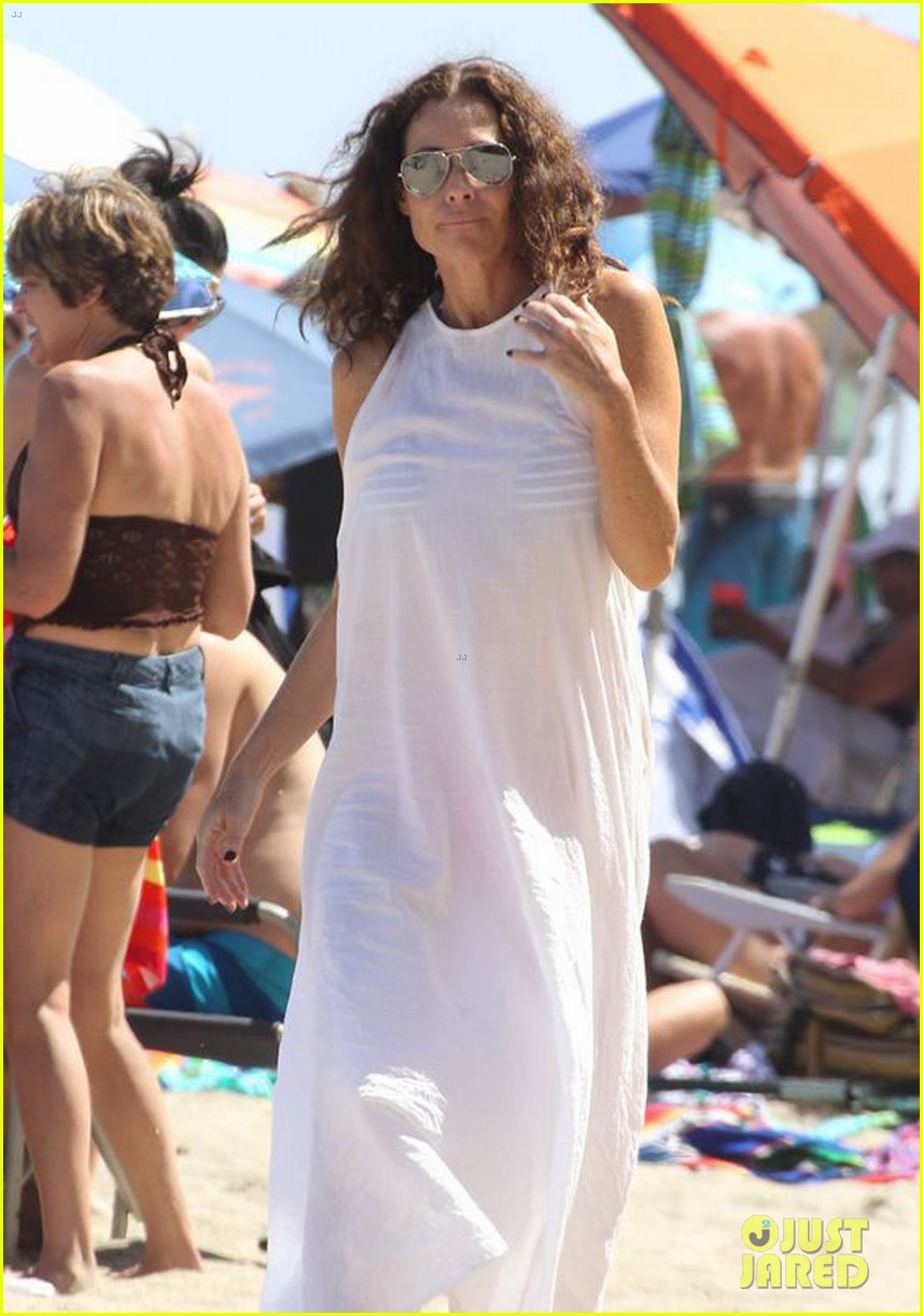 minnie driver spends the fourth of july at the beach 043150384