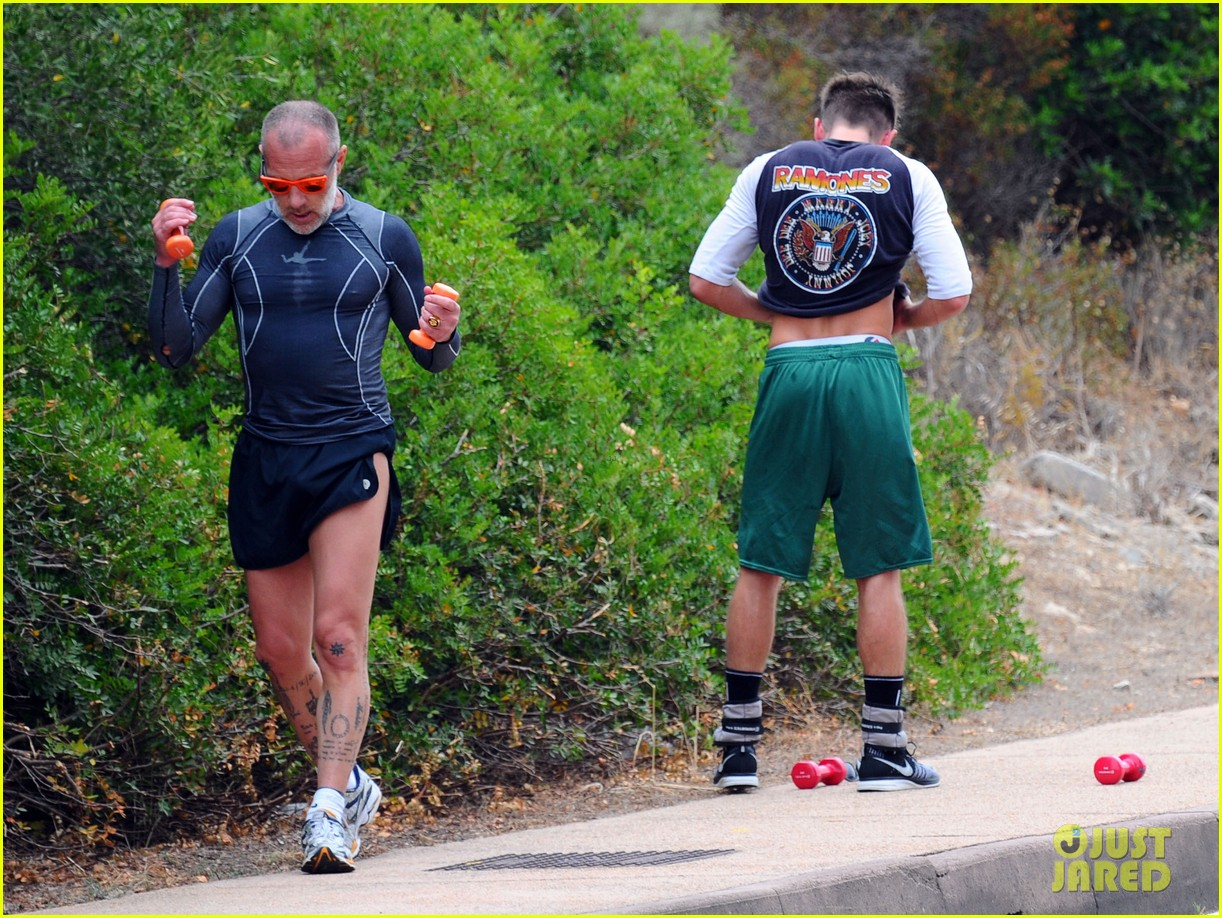 zac efron works on his fitness with gianluca vacchi 03
