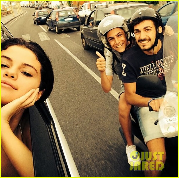 Full Sized Photo Of Selena Gomez Most Awesome Selfie 03 Photo 3159173 Just Jared