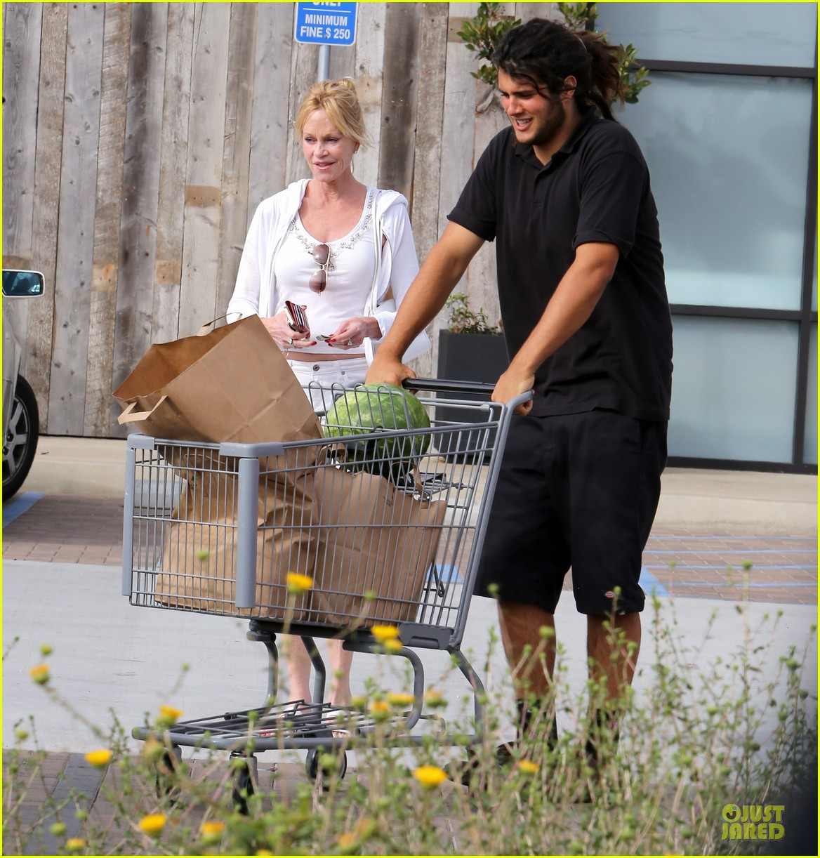 melanie griffith gets grocery help on fourth of july 05