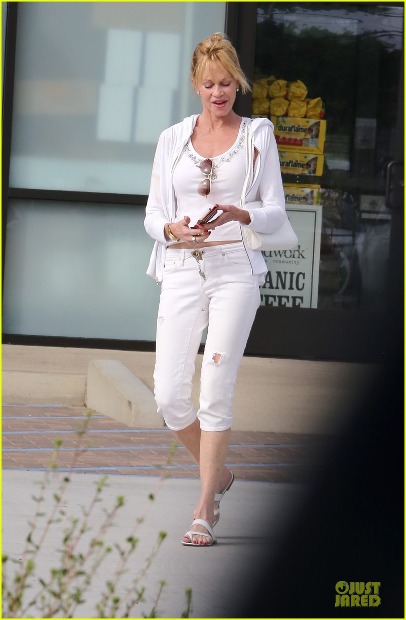 melanie griffith gets grocery help on fourth of july 07