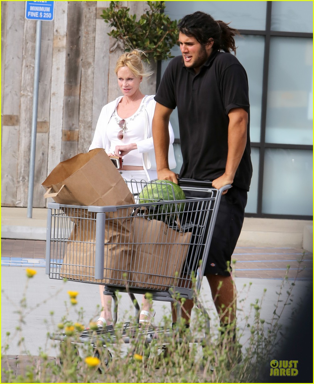melanie griffith gets grocery help on fourth of july 09