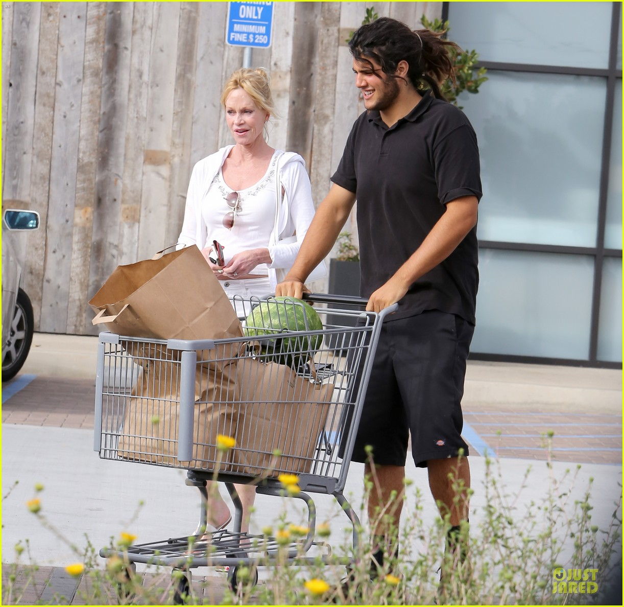melanie griffith gets grocery help on fourth of july 12