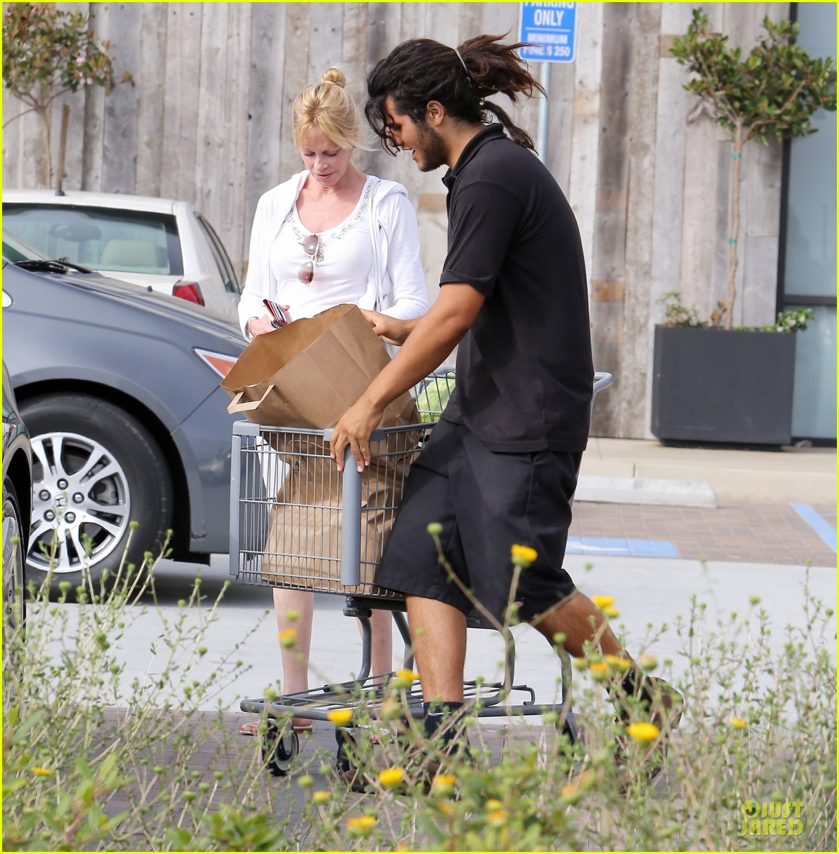 melanie griffith gets grocery help on fourth of july 153150838