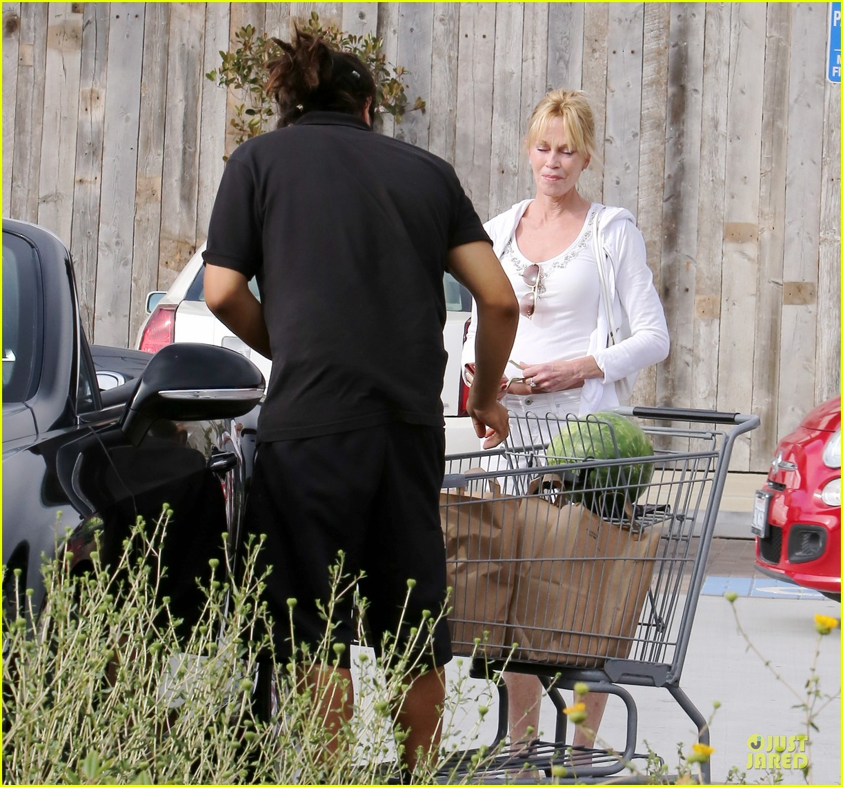melanie griffith gets grocery help on fourth of july 16
